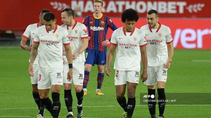 Bek Sevilla Prancis Jules Kounde (2ndR) berjalan bersama teamamtes setelah mencetak gol selama pertandingan sepak bola leg pertama semifinal Copa del Rey (Piala Raja) Spanyol antara Sevilla dan Barcelona di stadion Ramon Sanchez Pizjuan di Seville pada 10 Februari 2021. CRISTINA QUICLER / AFP