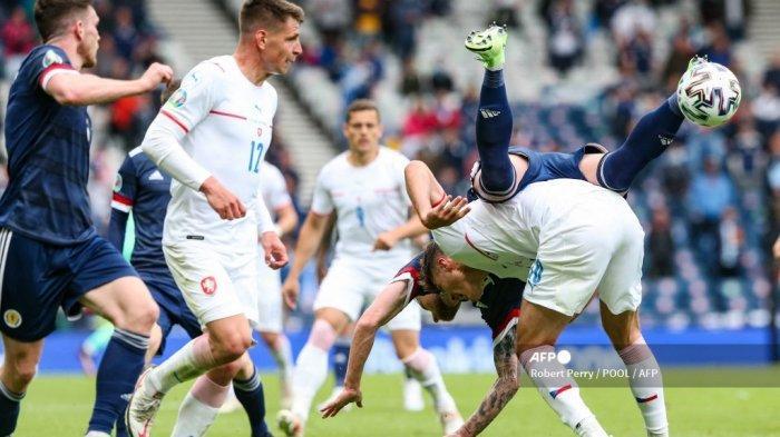Bek Skotlandia Liam Cooper (kanan atas) bentrok dengan penyerang Republik Ceko Patrik Schick (kanan bawah) selama pertandingan sepak bola Grup D UEFA EURO 2020 antara Skotlandia dan Republik Ceko di Hampden Park di Glasgow pada 14 Juni 2021.