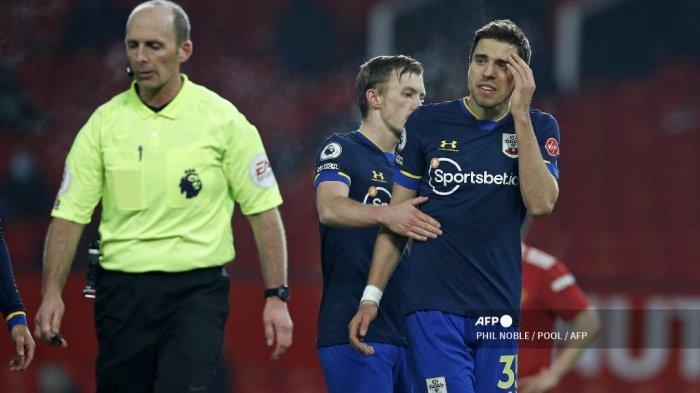 Bek Southampton asal Polandia Jan Bednarek (kanan) bereaksi setelah kebobolan penalti pada pertandingan sepak bola Liga Utama Inggris antara Manchester United dan Southampton di Old Trafford di Manchester, barat laut Inggris, pada 2 Februari 2021.