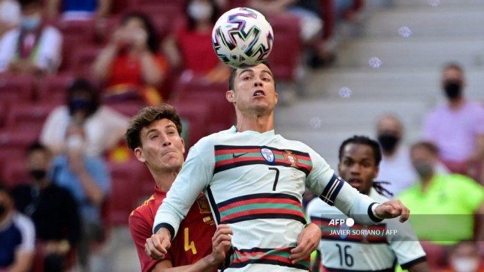 Bek Spanyol Pau Torres (kiri) bersaing dengan pemain depan Portugal Cristiano Ronaldo selama pertandingan sepak bola persahabatan internasional antara Spanyol dan Portugal di stadion Wanda Metropolitano di Madrid dalam persiapan untuk Kejuaraan Eropa UEFA, pada 4 Juni 2021. JAVIER SORIANO / AFP