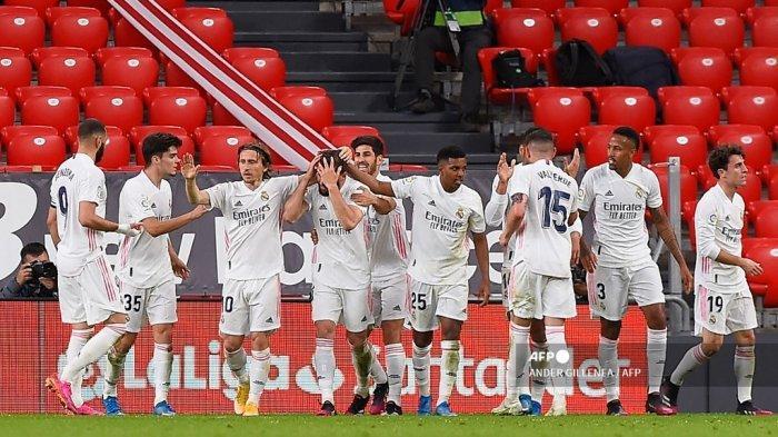 Bek Spanyol Real Madrid Nacho Fernandez diberi selamat oleh rekan satu timnya setelah mencetak gol selama pertandingan sepak bola Liga Spanyol antara Athletic Club Bilbao dan Real Madrid CF di stadion San Mames di Bilbao pada 16 Mei 2021. ANDER GILLENEA / AFP