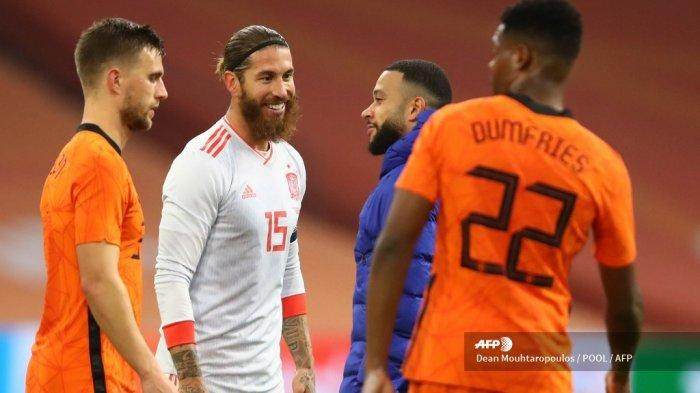 Bek Spanyol Sergio Ramos (CL) berbicara dengan penyerang Belanda Memphis Depay (CR) di akhir pertandingan sepak bola persahabatan antara Belanda dan Spanyol di Johan Cruijff ArenA di Amsterdam pada 11 November 2020. Dean Mouhtaropoulos / POOL / AFP