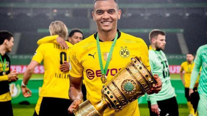 Bek Swiss, Manuel Akanji memperoleh piala bersama Borussia Dortmund