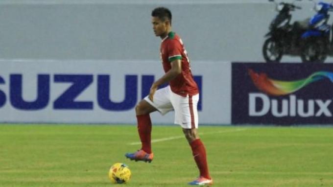 Bek tengah timnas Indonesia, Fachruddin Aryanto, beraksi pada laga pertama fase grup kontra Thailand di Piala AFF 2016.()