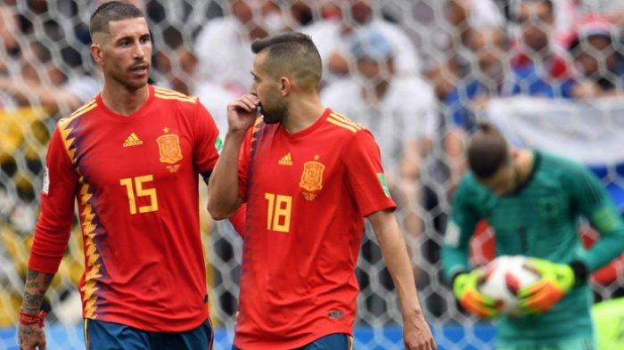 Bek timnas Spanyol, Sergio Ramos (kiri), berbicara dengan rekan satu timnya, Jordi Alba, dalam laga babak 16 besar Piala Dunia 2018 menghadapi Rusia di Stadion Luzhniki, Moskow, Rusia, pada 1 Juli 2018.