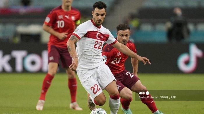 Bek Turki Kaan Ayhan (kiri) dan gelandang Swiss Xherdan Shaqiri berebut bola selama pertandingan sepak bola Grup A UEFA EURO 2020 antara Swiss dan Turki di Stadion Olimpiade di Baku pada 20 Juni 2021.