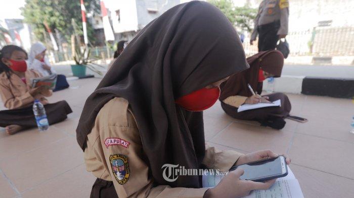 Siswa belajar di bawah kolong rel kereta api Mangga Besar Jakarta Rabu (19/8/2020). Siswa mengikuti pembelajaran jarak jauh (PJJ)  dengan memanfaatkan internet gratis yang disediakan oleh sejumlah donatur. TRIBUNNEWS/HERUDIN