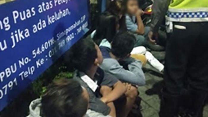 Belasan anak diamankan di Simo Pomahan. Mereka diduga anggota kelompok geng KP Jawara yang akan melaksanakan tawuran.  TRIBUNMADURA.COM/FIRMAN RACHMANUDIN