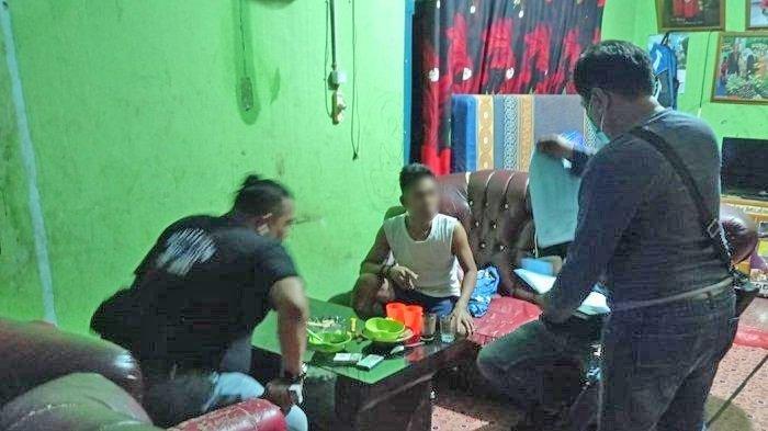 Beli Kerupuk Senilai Rp 91 Juta tapi Tak Sanggup Bayar, Pria di Palembang Diciduk Polisi di Rumahnya