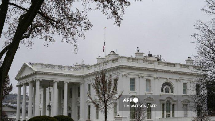 Bendera AS dikibarkan setengah tiang untuk para korban penembakan Atlanta di Washington, DC, pada 18 Maret 2021