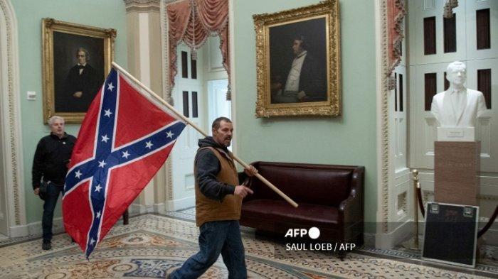 Pasca Rusuh Capitol AS: Pria yang Bawa Bendera Konfederasi Amerika Ditangkap