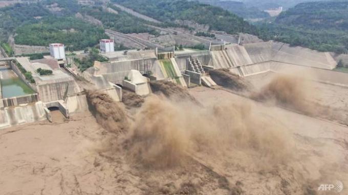 KESAKSIAN Penumpang Kereta Bawah Tanah Terperangkap Banjir Seleher di China