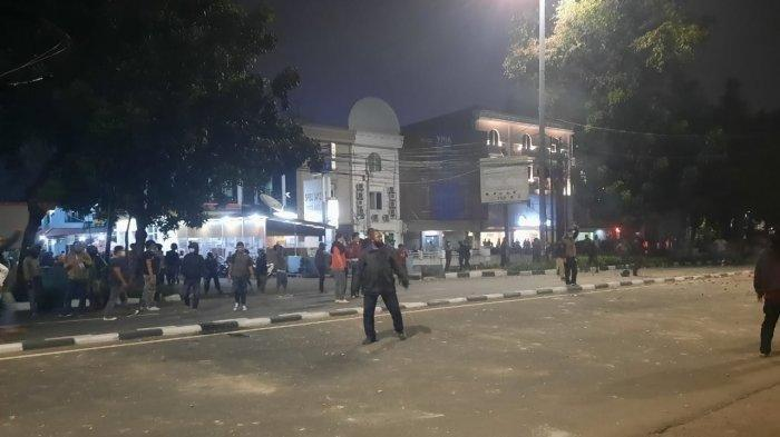 Dua kelompok massa terlibat bentrok di Jalan Raya Pasar Minggu, Pancoran, Jakarta Selatan, Rabu (17/3/2021) malam