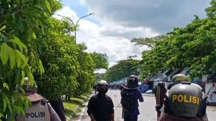 Dua Kelompok Massa Bawa Senjata Tajam Bentrok di Kendari, Polisi Tembakan Gas Air Mata