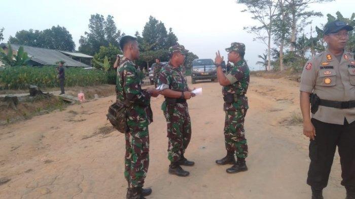 Aparat keamanan berjaga setelah terjadi bentrok antar dua kelompok warga di Register 45 Mesuji