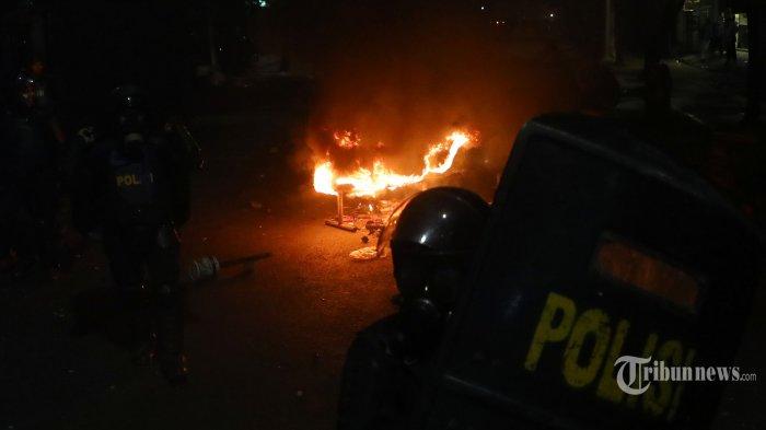 Massa bersitegang dengan personel brimob saat aksi mendesak DPR membatalkan revisi UU KUHP dan UU KPK di Palmerah, Jakarta, Senin (30/9/2019). Aksi tersebut berakhir ricuh. TRIBUNNEWS/IRWAN RISMAWAN