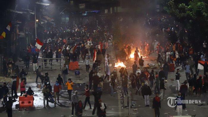 Massa pengunjuk rasa berkumpul di Jalan Pejompongan Raya saat kericuhan terjadi di Jakarta Pusat, Senin (30/9/2019) malam. Unjuk rasa gabungan pelajar dan mahasiswa yang menolak UU KPK hasil revisi dan pengesahan RUU KUHP tersebut berakhir ricuh. Tribunnews/Jeprima