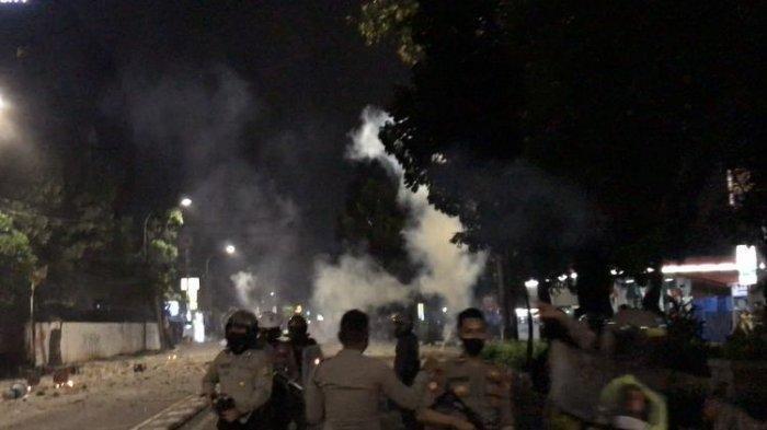 Bubarkan Bentrokan di Pancoran, Polisi Lepaskan Gas Air Mata Hingga Lalu Lintas Dialihkan