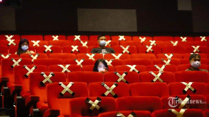 Pengunjung menunggu untuk menonton film di Bioskop Cinepolis di Plaza Semanggi, Jakarta Selatan, Sabtu (24/10/2020). Hari keempat sejak dibukanya kembali sejumlah bioskop di Jakarta mulai banyak warga yang menikmati akhir pekan dengan menonton film.