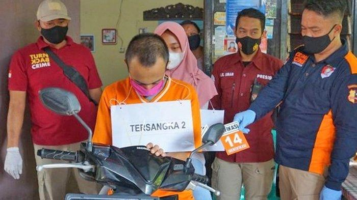 Pasangan kekasih yang terjerat kasus aborsi ilegal melakukan proses rekonstruksi yang digelar oleh jajaran Kepolisian Resor Polres Mojokerto Kota, Jawa Timur, Rabu (3/3/2021).