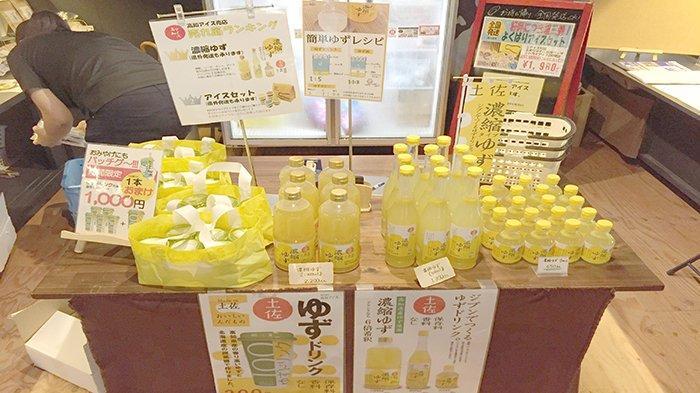 Berbagai produk Kochi Ice Co.Ltd. dari yuzu, semacam jeruk Jepang di toko perusahaan tersebut di pinggiran Sungai Niyodo Kochi Jepang.
