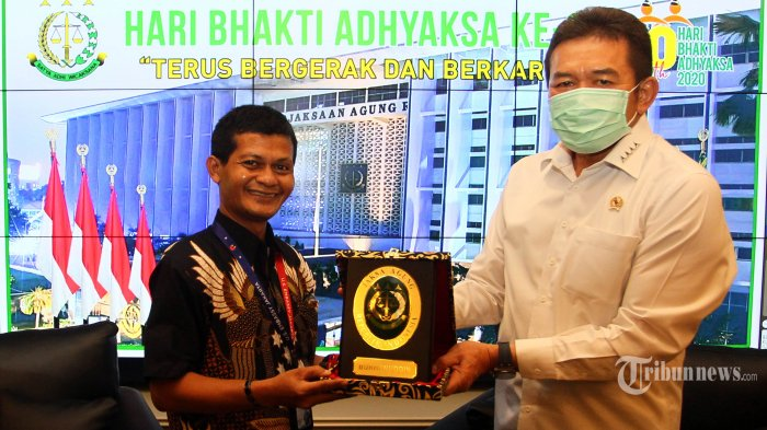 Jaksa Agung RI Sanitiar Burhanuddin (kanan) bertukar cindera mata dengan News Manager Tribun Network Rachmat Hidayat (kiri) berbincang dengan kru redaksi Tribunnews di Kantor Kejagung, Jakarta, Senin (20/7/2020). TRIBUNNEWS/DANY PERMANA