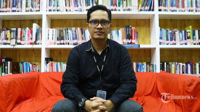 Kepala Biro Humas Febri Diansyah berpose usai wawancara khusus dengan Tribunnews.com di Gedung KPK, Jakarta, Jumat (27/12/2019). TRIBUNNEWS/IRWAN RISMAWAN