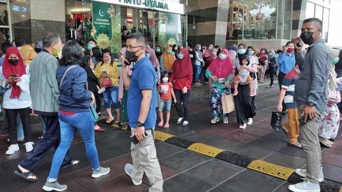 Ribuan pengunjung Mall Royal Plaza Surabaya, Jalan Ahmad Yani, Kecamatan Wonokromo, Kota Surabaya, bergegas keluar dari pintu utama, Sabtu siang (10/4/2021). Mereka merasakan guncangan gempa dari dalam ruangan efek gempa di Malang terasa di Surabaya.
