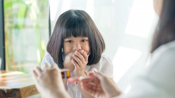 Berikan si kecil obat batuk yang aman dan halal.