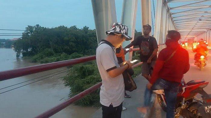Lokasi seorang pria diduga melakukan melompat bunuh diri di atas jembatan Sembayat, Minggu (12/1/2020)