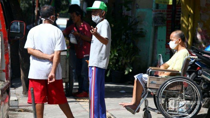 Sejumlah orang tua dengan mengenakan masker berjemur di bawah sinar matahari pagi di Jalan Leuwipanjang, Kota Bandung, Jawa Barat, Rabu (15/4/2020). Berjemur di waktu pagi pukul 9.00-10.00 atau sore pukul 14.00-15.00 di tengah pandemi virus corona (Covid-19), selain mengoptimalkan pertumbuhan tulang, Vitamin D juga penting untuk meningkatkan sistem kekebalan tubuh dalam melawan berbagai penyakit yang masuk ke tubuh, termasuk virus corona. Tribun Jabar/Gani Kurniawan