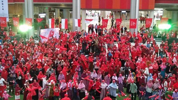 Ratusan orang yang mengenakan kaus merah berlogo organisasi masyarakat Gerakan Arah Baru Indonesia (GARBI) berkumpul di Oval Atrium Epiwalk Rasuna Jakarta, Kuningan, Jakarta Selatan pada Minggu (3/2/2019).