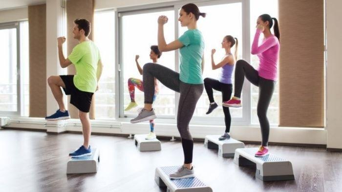 Berolahraga 30 menit per hari adalah tips menjaga gula darah yang efektif.