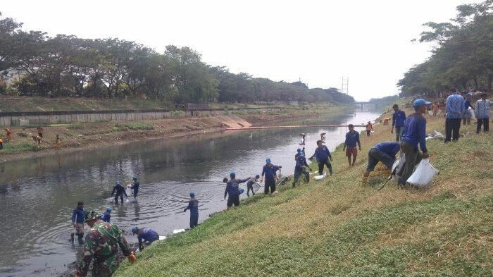 Antisipasi Genangan saat Musim Hujan, Petugas Gabungan Lakukan Bersih-bersih Kanal Banjir Timur