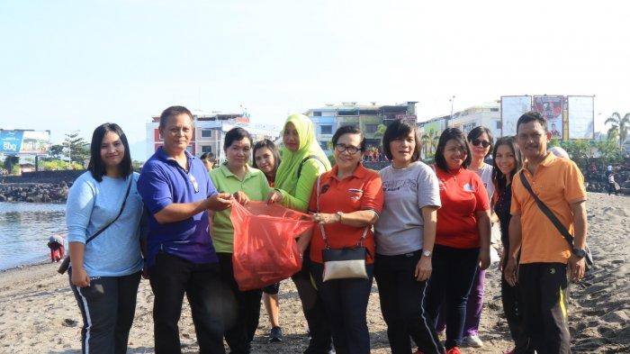 Bergotong Royong Wujudkan Pantai Manado Yang Bersih