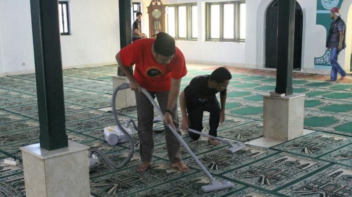 Muhamad Idrus Bersih-bersih Masjid Bersama Relawan #JakartaKEREN