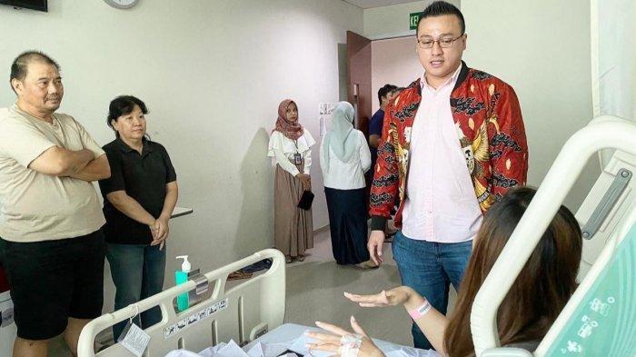 Anggota DPRD Provinsi DKI Jakarta Komisi D dari Fraksi PDI Perjuangan, Hardiyanto Kenneth menjenguk korban reruntuhan gedung di RS Tarakan, Rabu (8/1/2020).