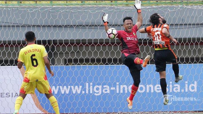 Penjaga gawang Bayangkara FC, Wahyu Tri Nugroho (tengah) berebut bola dengan pemain Perseru Serui, Omar Zein Eddine (kanan) dalam laga lanjutan Go-Jek Traveloka Liga 1 di Stadion Patriot, Bekasi, Kamis (20/4/2017) dalam laga tersebut Bayangkara FC  berhasil mengalahkan Perseru Serui dengan skor 2-1. Super Ball/Feri Setiawan