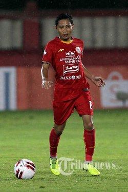 Pemain Persija Jakarta Evan Dimas saat melawan Bhayangkara FC dalam pertandingan lanjutan Liga 1 di Stadion PTIK, Jakarta, Sabtu (14/3/2020). Pertandingan berakhir imbang 2-2 antar sesama tim asal Jakarta tersebut. TRIBUNNEWS/DANY PERMANA