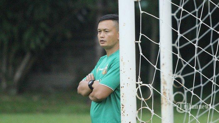 Ofisial tim Bhayangkara FC, Yeyen Tumena saat mengikuti pemusatan latihan di International Sport Club Of Indonesia di Ciputat, Tangerang, Selasa (6/2/2018) Super Ball/Feri Setiawan