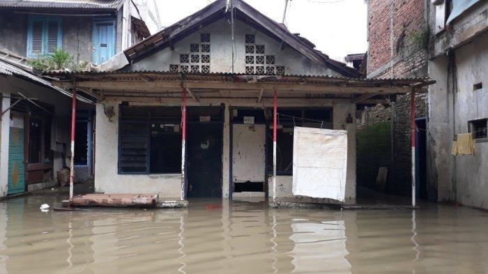 Sore Ini, Warga Bidara Cina Jaktim Masih Terendam Banjir Setinggi 80 Centimeter