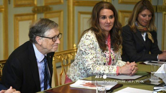 Pendiri Microsoft sekaligus miliarder Bill Gates (kiri) dan istrinya Melinda Gates menghadiri pertemuan dengan Presiden Prancis (tak terlihat) di istana presiden Elysee pada 16 April 2018 di Paris.