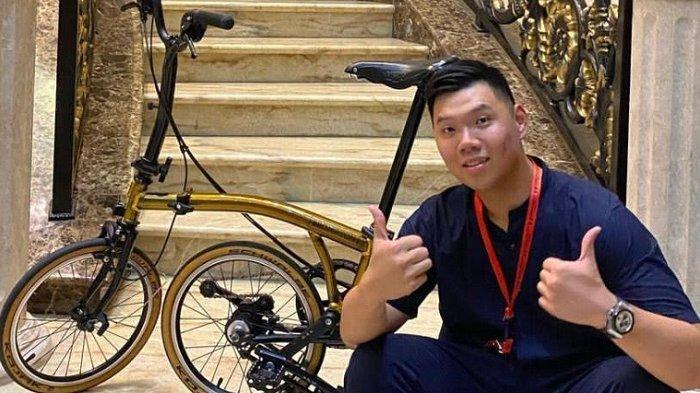 PPKM Darurat, Billy Martono Lampiaskan Hobi Bersepeda di Rumah, Tingkahnya Sontak Bikin Heboh