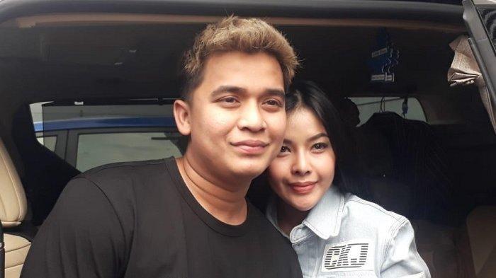 Billy Syahputra dan kekasihnya, Elvia Cerroline, saat ditemui di kawasan Jalan kapten P Tendean, jakarta Selatan, Selasa (14/5/2019).