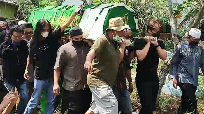 Billy Syahputra Tandu Jenazah Sapri Pantun, Vicky Prasetyo Hingga Nikita Mirzani Ikut ke Pemakaman