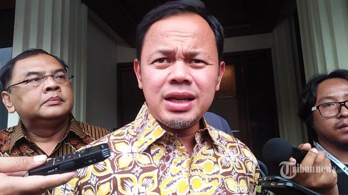 Wali Kota Bogor, Bima Arya mengaku geram saat terjun langsung ke Pasar Anyar, Bogor dan temukan pengunjung yang membeli barang konsumtif adalah penerima bantuan sosial (bansos) dari pemerintah.