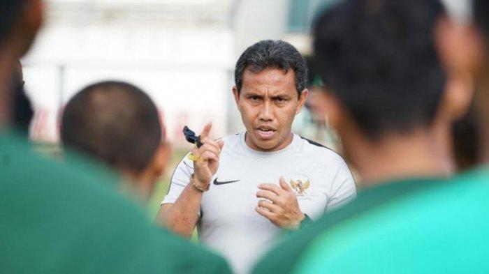 Bima Sakti saat memberikan arahan kepada Faizal dkk. jelang menghadapi Timor Leste di Piala AFF U-15. Dok: PSSI