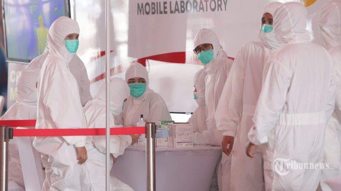 Petugas medis melakukan pemeriksaan cepat atau rapid test Covid-19 di Terowongan Kendal, Jakarta, Rabu (6/5/2020). Badan Intelijen Negara (BIN) menggelar rapid test Covid-19 massal kepada warga yang melintas di kawasan tersebut guna memastikan kesehatannya dan mengantisipasi penyebaran virus corona (Covid-19). Tribunnews/Herudin