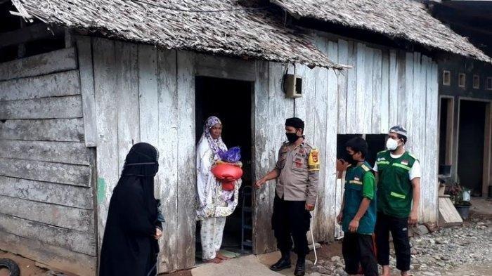 Seorang Polisi di Sulawesi Pakai Gajinya Beli Sapi dan 100 Ekor Ayam untuk Warga Tak Mampu
