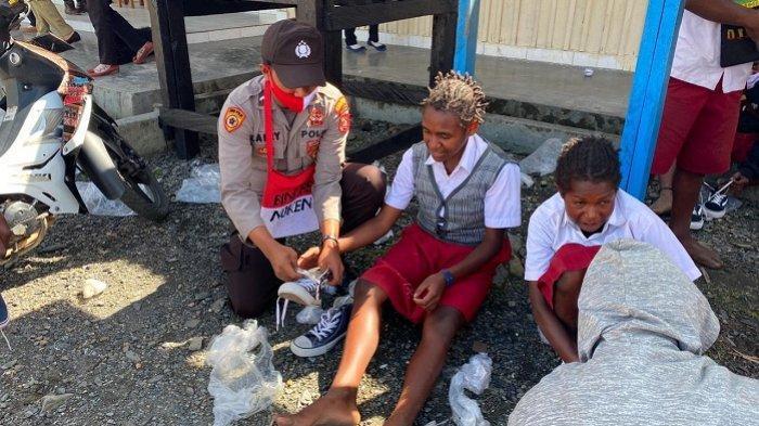 Senyum Siswa-Siswi SD Inpres Pagalame Puncak Jaya Papua Saat Terima Sepatu dari Binmas Noken Polri